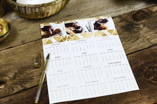 机の上に置かれた年間カレンダー