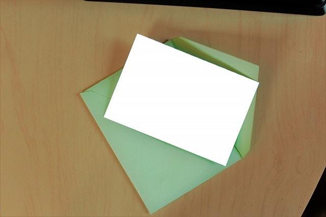 机の上に置かれた無地の封筒