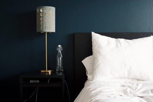 ホテルのベッドとスタンド