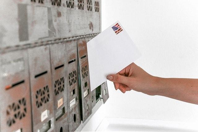 集合ポストに投函される手紙