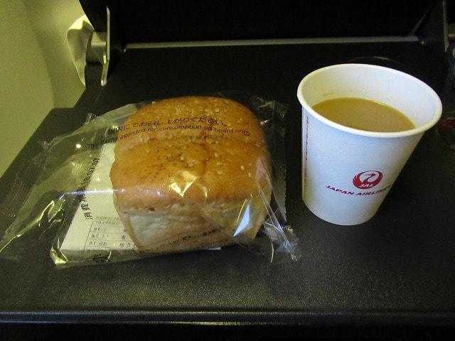 JALのNY行き006便の軽食