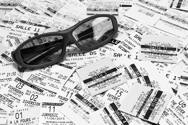 散らばるチケットの上に置かれたサングラス