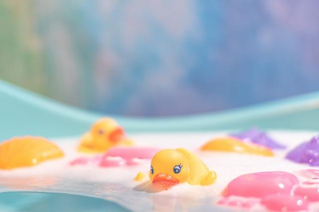 湯船にたゆたうアヒルの人形