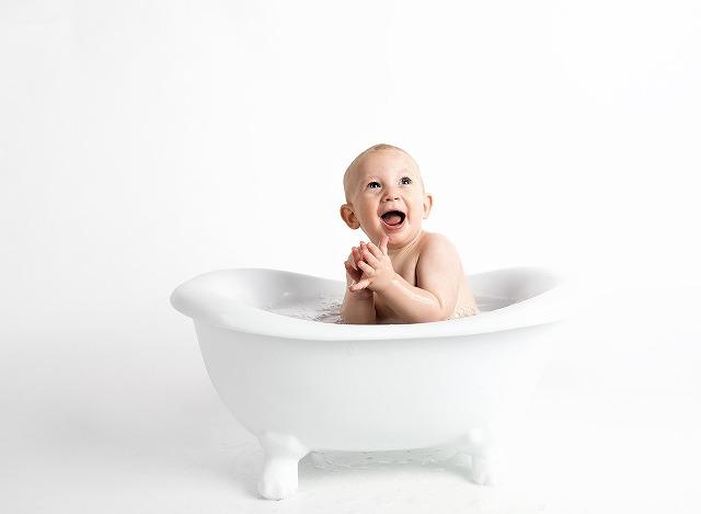 バスタブの中で笑っている赤ちゃん