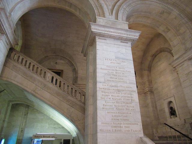 NYPLのエントランスホールにある階段