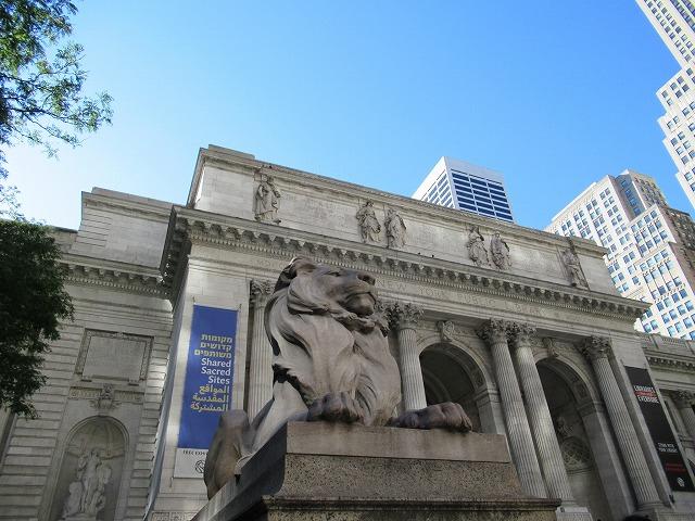 NYPLのシンボルのライオン像