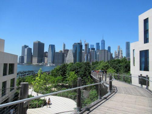 Squibb Park Bridgeから見えるマンハッタンのビル群
