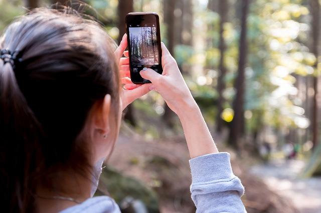 林で写真を撮る女の子