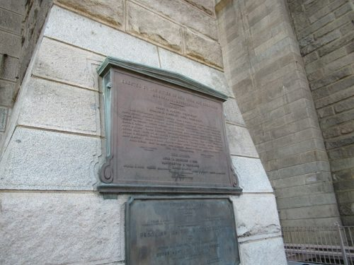 ブルックリンブリッジの塔にあるプレート