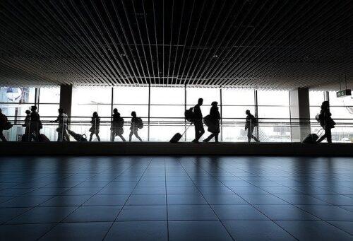 空港内を移動する人たちのシルエット