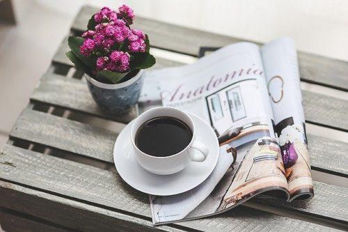 テーブルに乗った雑誌とコーヒー