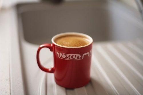 nescafeのマグカップに入ったコーヒー