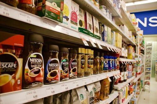 スーパーの棚に並んだコーヒー