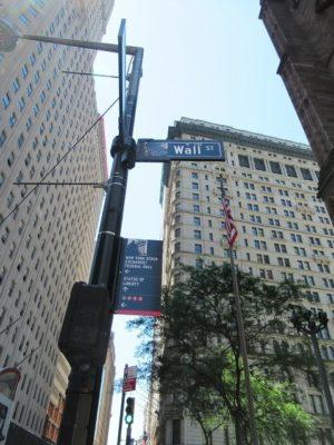 ウォールストリートを示す看板