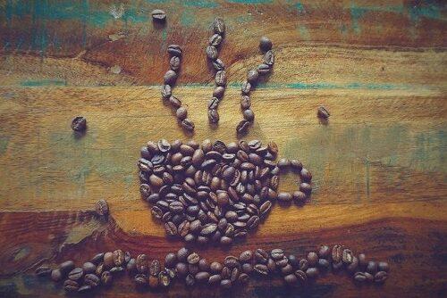 コーヒー豆で描かれたコーヒーカップ