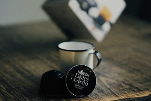 コーヒーカップとドルチェグストのカプセル