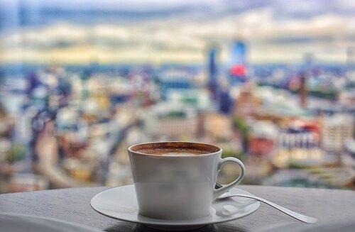 窓際に置かれたコーヒー