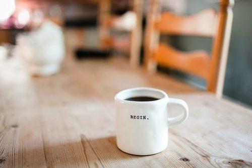 テーブルに置かれたマグカップ