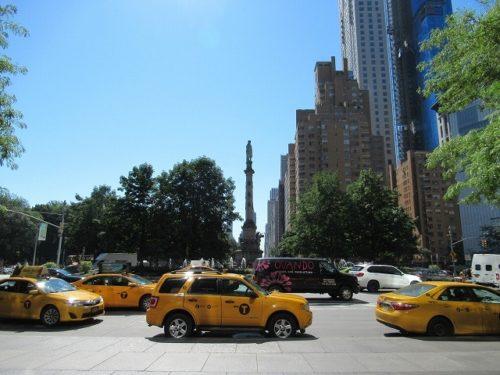 コロンバスサークルのコロンブス像とイエローキャブ