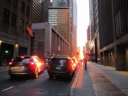マンハッタンの通りに沈む夕陽