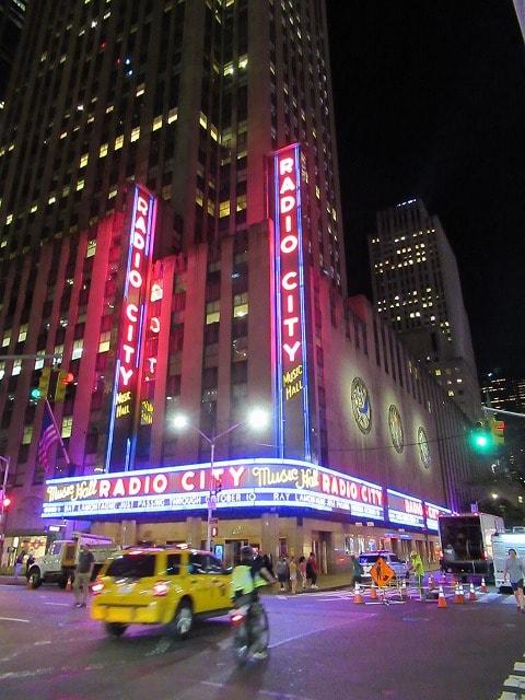 夜のRadio City Music Hall