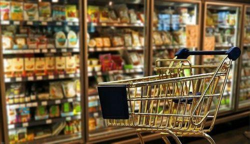 スーパーの棚とカート