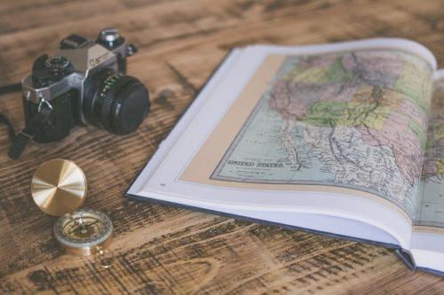 地図の本とカメラ