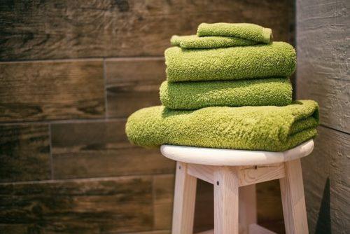 椅子の上に重ねられたタオル
