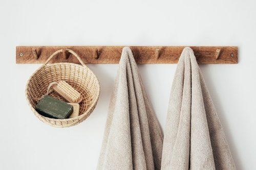 壁のフックに掛けられたタオル