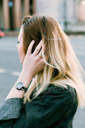 髪に触れる女性