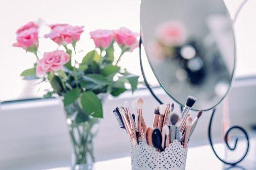 メイクブラシとバラの花