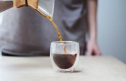 ダブルウォールグラスに注ぐコーヒー
