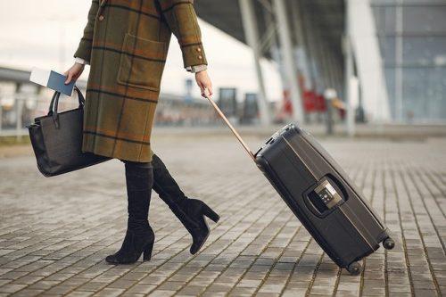 スーツケースを引く女性の足元
