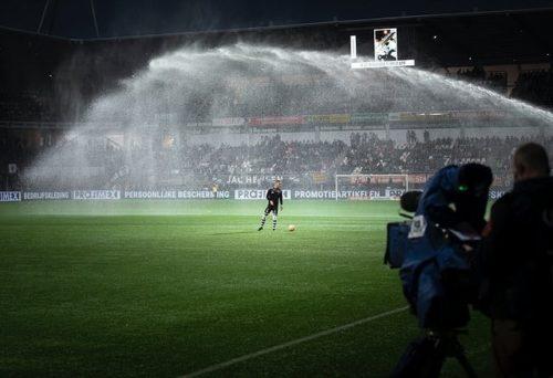 放水中のサッカースタジアム
