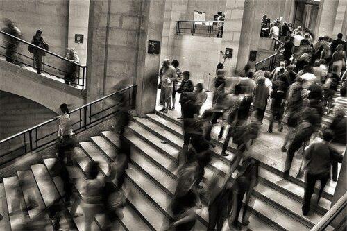 階段を行き来するたくさんの人々