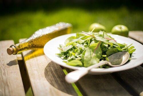 シンプルなベビーリーフのサラダ