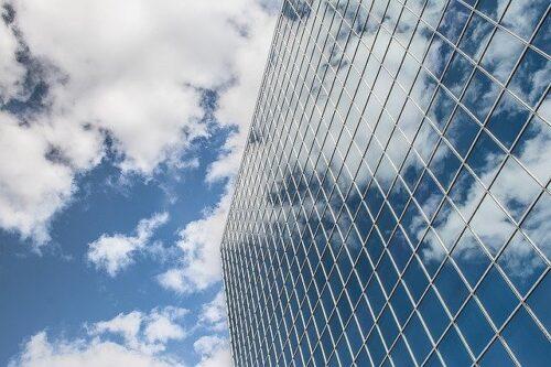 青空が映る大きなビル