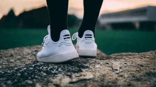 スニーカーを履いている女性の足元