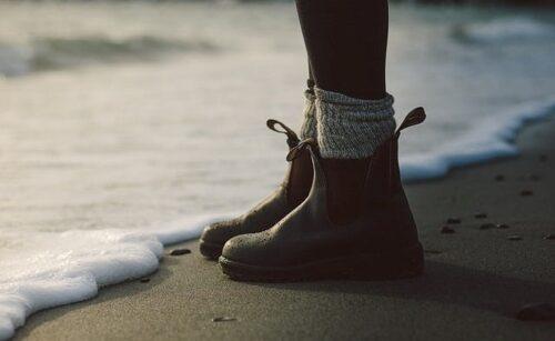 ビーチに立つブーツの足元