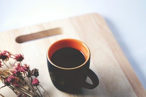 プレートに置かれたコーヒー