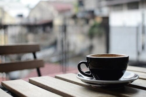 テラスのテーブル上のコーヒーカップ