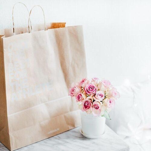 紙袋と花瓶に飾られた花
