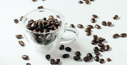 クリアガラスカップに入れられたコーヒー豆