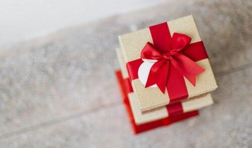 赤いリボンのプレゼントの箱