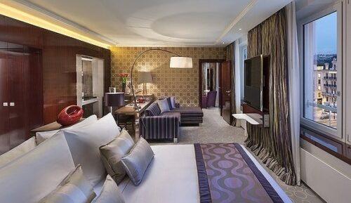 ホテルの広い部屋